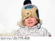 Купить «The kid plays in the winter snow», фото № 29779408, снято 19 января 2019 г. (c) Дмитрий Брусков / Фотобанк Лори