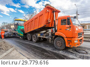 Купить «Work on laying the asphalt surface on a city street», фото № 29779616, снято 29 апреля 2018 г. (c) FotograFF / Фотобанк Лори