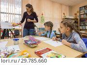 Купить «Учитель рассказывает ученикам как правильно рисовать», фото № 29785660, снято 9 января 2019 г. (c) Иванов Алексей / Фотобанк Лори