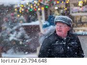 Купить «Во время аномально сильного снегопада на ГУМ-ярмарке на Красной площади в центре города Москвы, Россия», фото № 29794648, снято 21 января 2020 г. (c) Николай Винокуров / Фотобанк Лори