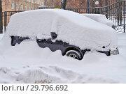 Купить «Машина, засыпанная снегом во дворе жилого дома в зимний день. Москва», фото № 29796692, снято 27 января 2019 г. (c) Илюхина Наталья / Фотобанк Лори
