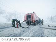 Купить «Тушение пожара зимой. Пожарная машина качает воду», фото № 29796780, снято 9 января 2019 г. (c) Яковлев Сергей / Фотобанк Лори