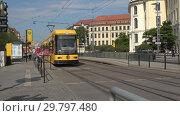 Купить «Современный желтый трамвай подъезжает к остановке. Дрезден, Германия», видеоролик № 29797480, снято 29 апреля 2018 г. (c) Виктор Карасев / Фотобанк Лори