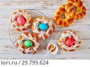 Купить «Italian Easter Bread Rings with dyed eggs», фото № 29799624, снято 20 января 2019 г. (c) Oksana Zh / Фотобанк Лори