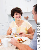 Купить «Woman eating lunch with husband», фото № 29813348, снято 26 марта 2019 г. (c) Яков Филимонов / Фотобанк Лори