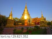 Золотые чеди буддистского храма Wat Phra Сингх солнечным вечером. Чиаг Май, Таиланд (2018 год). Стоковое фото, фотограф Виктор Карасев / Фотобанк Лори
