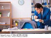 Купить «Employee stealing important information in industrial espionage», фото № 29825028, снято 10 августа 2018 г. (c) Elnur / Фотобанк Лори
