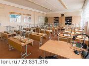 Каникулы в школе, в классе перевернутые стулья лежат на партах (2019 год). Редакционное фото, фотограф Иванов Алексей / Фотобанк Лори