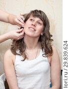 Купить «Подруга помогает вдеть сережку девушке в ухо», фото № 29839624, снято 20 апреля 2012 г. (c) Кекяляйнен Андрей / Фотобанк Лори