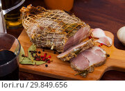 Купить «Boiled pork on chopping board with mixed peppercorns, bay leaf, cinnamon», фото № 29849656, снято 19 апреля 2019 г. (c) Яков Филимонов / Фотобанк Лори