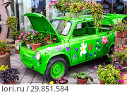 Купить «Flowers composition with green retro car», фото № 29851584, снято 9 сентября 2018 г. (c) FotograFF / Фотобанк Лори