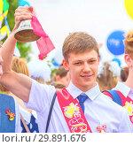 Russia, Samara, May 2018.: Graduates of schools at the festive procession. Редакционное фото, фотограф Акиньшин Владимир / Фотобанк Лори