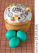 Купить «Пасхальный кулич с сахарной глазурью и крашеные яйца на бамбуковой салфетке», фото № 29915836, снято 8 апреля 2018 г. (c) Елена Коромыслова / Фотобанк Лори