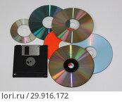 Купить «Диски CD-R и дискета на сером фоне», фото № 29916172, снято 29 января 2019 г. (c) Елена Орлова / Фотобанк Лори