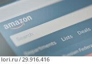 Фрагмент страницы Amazon.com на экране мобильного телефона (2019 год). Редакционное фото, фотограф E. O. / Фотобанк Лори