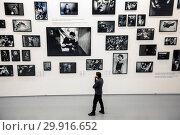 Посетитель выставки фотографа Стенли Грина в выставочном пространстве МАММ в центре города Москвы, Россия (2019 год). Редакционное фото, фотограф Николай Винокуров / Фотобанк Лори