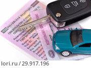 Водительские права, ключ и игрушечный автомобиль (2019 год). Редакционное фото, фотограф Юрий Морозов / Фотобанк Лори