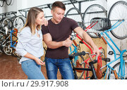 Man with woman talking about bicycles with characteristic. Стоковое фото, фотограф Яков Филимонов / Фотобанк Лори