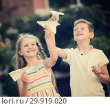 Купить «kids paper airplaines», фото № 29919020, снято 22 июля 2019 г. (c) Яков Филимонов / Фотобанк Лори