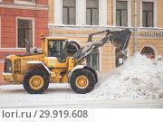 Купить «Уборка снега на улице Петербурга», фото № 29919608, снято 24 марта 2018 г. (c) Евгений Кашпирев / Фотобанк Лори