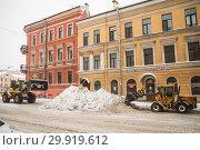 Купить «Уборка снега на улице Петербурга», фото № 29919612, снято 24 марта 2018 г. (c) Евгений Кашпирев / Фотобанк Лори