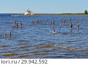 Купить «People swim in background of lighthouse Majakka. Nallikari beach in Oulu. Финляндия», фото № 29942592, снято 17 июля 2018 г. (c) Валерия Попова / Фотобанк Лори