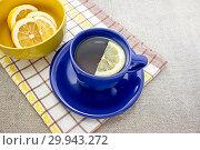 Ароматный лимонный чай в синей чашке. Полезный лечебный напиток при простудных заболеваниях. Стоковое фото, фотограф Наталья Осипова / Фотобанк Лори