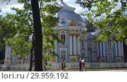 Купить «Walking to Pavilion Hermitage on artificial island in Alexandrovsky Park», видеоролик № 29959192, снято 8 августа 2018 г. (c) Ирина Мойсеева / Фотобанк Лори