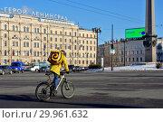 Курьер на велосипеде от компании Яндекс Еда. Санкт-Петербург (2019 год). Редакционное фото, фотограф Oles Kolodyazhnyy / Фотобанк Лори