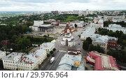 Купить «Panoramic aerial view of city center and Golden Gate in Vladimir, Russia», видеоролик № 29976964, снято 3 июля 2018 г. (c) Яков Филимонов / Фотобанк Лори
