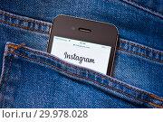 Купить «Сайт Instagram на экране телефона. Смартфон лежит в заднем кармане джинсовых штанов», фото № 29978028, снято 17 февраля 2019 г. (c) Екатерина Овсянникова / Фотобанк Лори