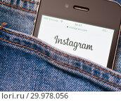 Купить «Сайт Instagram на экране телефона. Смартфон в кармане джинсовых штанов», фото № 29978056, снято 17 февраля 2019 г. (c) Екатерина Овсянникова / Фотобанк Лори