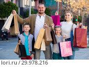 Купить «Adult family holding shopping bags», фото № 29978216, снято 22 июля 2019 г. (c) Яков Филимонов / Фотобанк Лори