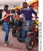 Купить «Indignant woman talking to rickshaw driver», фото № 29978308, снято 22 мая 2018 г. (c) Яков Филимонов / Фотобанк Лори