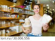 Купить «Brunette girl chooses disposable tableware», фото № 30006556, снято 19 апреля 2017 г. (c) Яков Филимонов / Фотобанк Лори