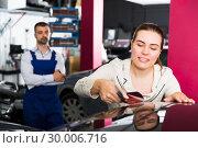 Female client choosing color for painting car. Стоковое фото, фотограф Яков Филимонов / Фотобанк Лори