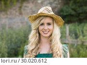 Cute young woman wearing a straw hat. Стоковое фото, агентство Wavebreak Media / Фотобанк Лори