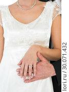 Newly married couple showing wedding rings. Стоковое фото, агентство Wavebreak Media / Фотобанк Лори