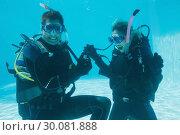 Купить «Man proposing marriage to his shocked girlfriend underwater in scuba gear», фото № 30081888, снято 9 апреля 2014 г. (c) Wavebreak Media / Фотобанк Лори