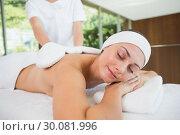 Купить «Beauty therapist rubbing smiling womans back with heated mitts», фото № 30081996, снято 9 апреля 2014 г. (c) Wavebreak Media / Фотобанк Лори
