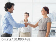 Business man shaking colleagues hand. Стоковое фото, агентство Wavebreak Media / Фотобанк Лори