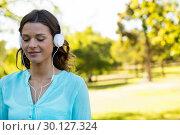 Woman listening music in headphones. Стоковое фото, агентство Wavebreak Media / Фотобанк Лори