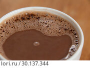 Close-up of white coffee cup with froth. Стоковое фото, агентство Wavebreak Media / Фотобанк Лори