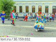 "Купить «Russia Samara August 2018: A group of clowns in bright costumes at the ""Festival of Flowers"" procession», фото № 30159032, снято 25 августа 2018 г. (c) Акиньшин Владимир / Фотобанк Лори"