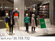 Купить «Poland, Bytom - faceless mannequins of the fashion chain H & M represent a family», фото № 30159732, снято 28 февраля 2018 г. (c) Caro Photoagency / Фотобанк Лори