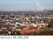 Купить «Bottrop, housing estate with many solar roofs, behind the Scholven power plant, a power plant of Uniper Kraftwerke GmbH in Gelsenkirchen.», фото № 30160320, снято 20 января 2019 г. (c) Caro Photoagency / Фотобанк Лори