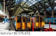 Купить «Поезда на вокзале Ливерпуль-стрит в Лондоне», эксклюзивное фото № 30175672, снято 30 июля 2006 г. (c) Давид Мзареулян / Фотобанк Лори