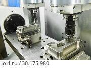 Купить «two spindel CNC milling machine at simultaneous metal working», фото № 30175980, снято 14 мая 2018 г. (c) Дмитрий Калиновский / Фотобанк Лори
