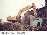 Купить «excavator crasher machine at demolition on construction site», фото № 30175996, снято 14 июля 2018 г. (c) Дмитрий Калиновский / Фотобанк Лори