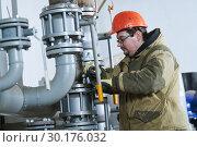 Купить «industrial plumber assembling pipes, valves, faucets in water circulation room», фото № 30176032, снято 15 февраля 2019 г. (c) Дмитрий Калиновский / Фотобанк Лори